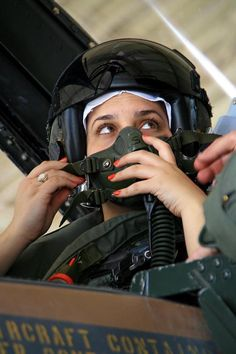 IDF Female Pilot Idf Women, Military Women, Military Guns, Military Aircraft, Female Fighter, Fighter Pilot, Fighter Jets, Defence Force, Israel