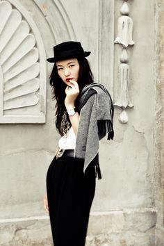 Black and white street style Fashion Art, Fashion Design, White Fashion, Street Fashion, Wearing All Black, Look Chic, Stylish Girl, Fashion Addict, Street Style Women