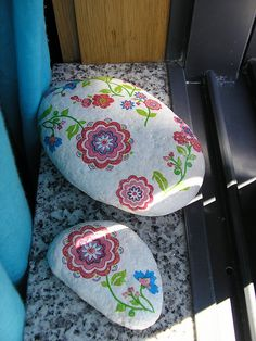 #painted rocks, Stones by Lia Oliveira ( doce abóbrinha ), via Flickr