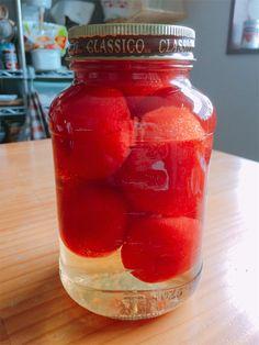 どんどんトマト消費メニューが続きます。大好きな映画『リトルフォレスト』の中で主人公のいち子が食べていた自家製ホールトマトがほんとうにおいしそうで、、、作ってみたいと思っていました。 リトルフォレストの映画は好きすぎて話が長くなりそうなので、また別の機会に 笑。 【自家製ホールトマト(トマトの水煮)の作り方】 ①トマトの湯剥きをします。 トマトのお尻に浅く十字に切り込みを入れておく。 ②沸騰したお湯に10~15秒ほど入れる。 あまり長くお湯に入れすぎるとトマトの表面に火が入って軟らかくなってしまい、逆に剥きにくくなります。今回はこれから加熱するから大丈夫ですが、生で食べる場合は食感が悪いかも。 …