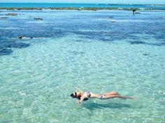 PISCINAS NATURAIS DE PAJUÇARA – MACEIÓ (AL), BRASIL   A capital alagoana é Maceió. Dizem alguns especialistas e turistas que as praias mais lindas do Brasil estão alí localizadas. Bem na parte urbana da cidade, encontramos a praia de Pajuçara, que além de proporcionar deliciosos passeios de jangadas, oferece nos períodos de maré baixa uma das piscinas naturais mais gostosas do litoral brasileiro. Visite e mergulhe nesse paraíso.