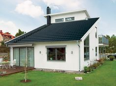Moderniomis juodomis Teviva čerpėmis dengtas stogas. Atraskite betonines Teviva čerpes: http://www.monier.lt/stogo-produktai/betonines-cerpes/teviva.html