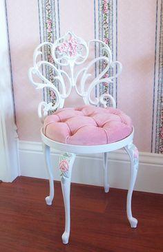 Alte weiße Scrolly Boudoir Vanity Stuhl Hocker mit Sitzkissen von Hand bemalte rosa Rosen Rosa samt