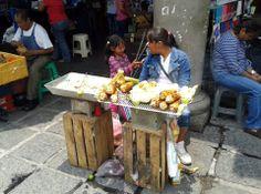 NIña vendiendo elotes asados, Mexico