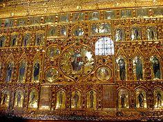 """Pala d'Oro (""""retablo de oro"""" en lengua italiana) es una compleja obra de orfebrería bizantina de la Basílica de San Marcos de Venecia. La obra original había sido encargada en el 976 a los artesanos de Constantinopla por el dogo Pietro Orseolo I. Entre ese primer grupo de paneles de oro esmaltados estaba la ilustración de la vida de San Marcos, el retrato del duque y el grupo del Pantocrátor."""