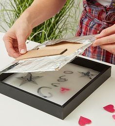 Illuminated picture frame DIY - Carefully put the picture frame back together Informations About Beleuchteter Bilderrahmen DIY Pin Y - Frame Crafts, Diy Frame, Cadre Photo Diy, Marco Diy, Baby Showers Juegos, Licht Box, Diy Y Manualidades, Diy Presents, Design Your Home