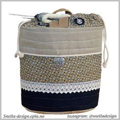 Denne flotte strikkevesken med trådførende maljer, og mye annet fint finner du hos Snella Design:)
