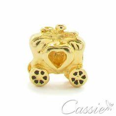 ✨ Charm Carruagem folheado a ouro com garantia. Confira os outros modelos!!  www.cassie.com.br ✨ ❤⚪⚪⚪⚪⚪⚪⚪⚪⚪⚪⚪❤  Use o Cupom de desconto CA10 e ganhe 10% de desconto.  ❤⚪⚪⚪⚪⚪⚪⚪⚪⚪⚪⚪❤ #Cassie #semijoias #acessórios #moda #fashion #instajoias #tendências #prata #charms #cupomdedesconto #instasemijoias #pulseirismo #zirconias #folheado #dourado #berloques #charmdadisney