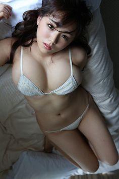 篠崎愛、ブログの背景として使用されている画像。 (後方注意)