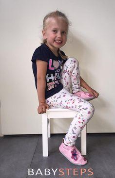 Evy met mooie zomerse slofjes in de maat XXXL. Ze is bijna 5 en mag er graag op lopen... (en showen).  (Klant sinds 2012)   Pink butterfly babyslofjes verkrijgbaar in maat XS t/m XXXL € 18,95 inclusief verzending.
