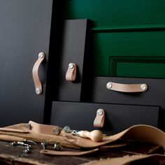 Donnez un côté naturel à vos rangements grâce à la poignée en cuir ÖSTERNÄS. Costaude, elle convient très bien pour la cuisine et la salle de bain également.