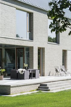 A sunny terrace with many cozy spots to sit and relax. Good House, Home Fashion, Danish Modern, Sofa Design, Modern Lighting, Modern Farmhouse, Brick, Villa, House Ideas
