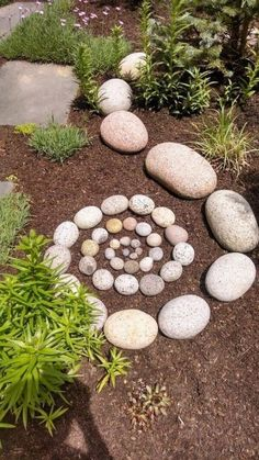 New DIY Garden Rock Ideas Garden paths serve primarily to connect two points. In addition to this practical aspect, however their artistic effect should not be undere Garden Whimsy, Diy Garden, Garden Projects, Garden Paths, Rock Garden Art, Rock Garden Design, Garden Care, Shade Garden, Spiral Garden
