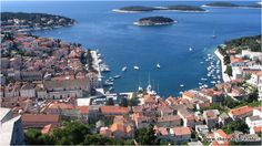 Bez wątpienia miasto Hvar jest najbardziej okazałym miastem na wyspie Hvar. Tutejsza fortyfikacja unosząca się nad miastem stanowi ogromną atrakcję turystyczną. #hvar #chorwacja #dalmacja #croatia
