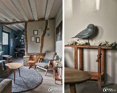 Dans un petit salon aménagé avec du mobilier des années 1950, une chouette en bois posée sur un ancien établi d'enfant