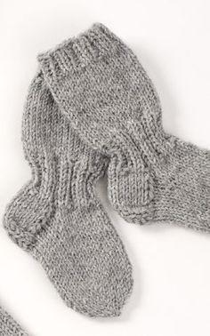 Lapsen pitkävartiset sukat Novita 7 Veljestä | Novita knits Knitting For Kids, Baby Knitting Patterns, Knitting Socks, Knit Or Crochet, Crochet Baby, Best Baby Socks, Woolen Socks, Knitted Baby Clothes, Knitting Videos