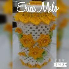 Pote de vidro grande acompanhado da capa toda decorada em crochê .