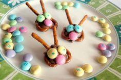 10 Adorable Kid-Friendly Easter Treats — Bunny Pretzel Treats Making the pretzel bunnies for our LRBBC bake sale! Cute Easter Bunny, Hoppy Easter, Holiday Treats, Holiday Recipes, Holiday Fun, Festive, Food Styling, Pretzel Treats, Food Crafts