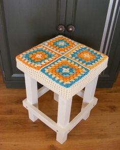 Banquinho quadrado com forro de crochê http://vilamulher.terra.com.br/reaproveite-seu-movel-banquinhos-com-forro-de-croche-17-1-7886462-220.html