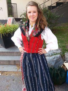 Så här ser den svenska folkdräkten ut, närmare bestämt folkdräkten från Bjuråker, Hälsingland. Folk Costume, Costumes, Swedish Recipes, Daily Dress, Traditional Outfits, American Girl, Folk Art, Bali, Fashion Dresses