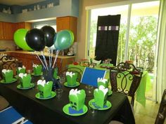 Creeper table for Minecraft party Cute Birthday Ideas, Colorful Birthday Party, 9th Birthday Parties, Minecraft Birthday Party, 10th Birthday, Birthday Party Table Decorations, Birthday Party Tables, Fete Laurent, Minecraft Cake Toppers