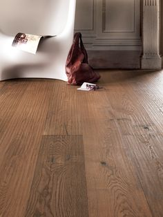 Very robust floor planks, suitable for commercial use. All Riva Mezzo products are brushed and have a large bevel. Natural Wood Flooring, Hardwood Floors, Tongue And Groove, Plank Flooring, Natural Oils, Country, Colouring, Surface, Middle