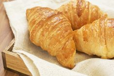 Using croissants to make a crust is a delicious alternative that can be used in nearly any pie recipe, whether sweet or savory. Not only is it far easier to make than pastry, but it is even more tasty and requires fewer ingredients. Anna Olson, Italian Croissant Recipe, Croissant Dough, Croissants, Breakfast Recipes, Snack Recipes, Cooking Recipes, Osvaldo Gross, Breads