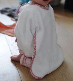 Tuto et patron gratuit couture d'une cape bavoir pour bébé. Découvrez le pas à pas DIY ainsi que le patron gratuit pour réaliser cette cape bavoir intégrale Baby Couture, Couture Sewing, Baby Sewing, Baby Boy Outfits, Needlework, Sewing Patterns, Chiffon, Sweatpants, Plaid