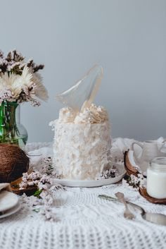 Deluxe White Coconut cake with silky coconut buttercream and isomalt sail. Recipe and food photography. Historias del Ciervo.