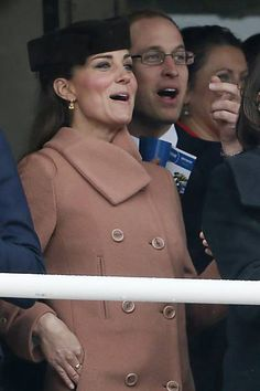 A duquesa de Cambridge, Kate Middleton e o marido, príncipe William assistem a corrida de cavalos em em Gloucestershire (Reino Unido)