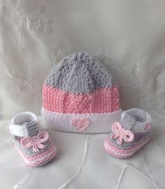 Baby girl, hat and booties set, white, pink and gray: Baby fashion by tricot-bonnie So Baby Hat Knitting Pattern, Baby Hats Knitting, Knitting Patterns, Crochet Patterns, Knitted Booties, Crochet Baby Booties, Knitted Hats, Crochet Shoes, Crochet Slippers