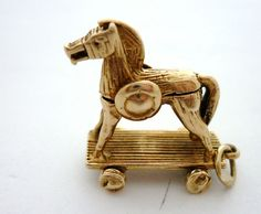 TROJAN HORSE OPENS WITH HIDDEN SOLDIERS RARE CHARM
