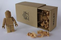 LEGO Made of Wood. Il designer francese Thibaut Malet realizza a mano i tipici personaggi Lego in legno. Come gli originali, i Lego Malet possono essere smontati e montati, sono alti circa 11 cm sono prodotti in edizione limitata e numerati. Via creativegreed.com