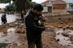 Μάνδρα: Κάτοικος έσωσε σκύλο και γάτα από τη φονική πλημμύρα