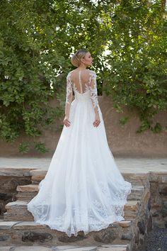 Vestido de noiva com renda e transparência nas costas ( Vestido: Lucas Anderi )