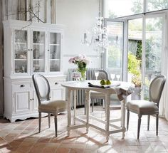 salle à manger romantique avec une décoration maison de campagne - chaises médaillon et buffet vitré ancien