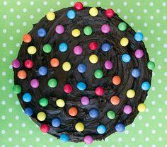 <p>Lättgjord, men supersnygg tårta med kladdkaka som bas. Kan det bli bättre?</p>
