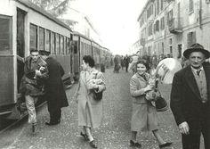 """Operai e passeggeri del Gamba de Legn in discesa a Sedriano (primi anni Cinquanta)   """"il Gamba de Legn - fermata Cascine Olona"""" di Matteo Mattarozzi"""