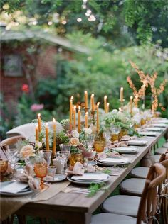 garden wedding Get inspired by these floral table setting ideas and start preparing a really fancy dinner with your friends in a luxury environment! Decoration Evenementielle, Garden Parties, Dinner Parties, Wedding Decorations, Table Decorations, Centerpieces, Deco Floral, Wedding Table Settings, Outdoor Table Settings