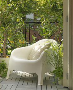 Door de opening in de SKARPÖ tuinstoel kan het regenwater weglopen. Slim!