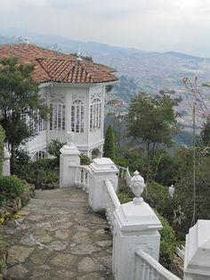 El cerro de Monserrate es el más conocido de los cerros Orientales de Bogotá. Junto a Guadalupe es uno de los cerros tutelares de la ciudad. Monserrate tiene una altitud de 3152 msnm y se ubica sobre la cordillera oriental. Los cerros de Bogotá, de origen sedimentario, tienen por lo menos 16 millones de años de antigüedad, con rocas de edad cretácica