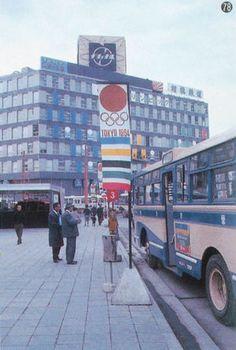 昭和39年、横浜駅西口バス・ロータリーに掲げられた東京オリンピックの幟。☆Yokohama Station's Nishiguchi (west entrance) bus terminal flying Tokyo Olympics banner, 1964, Japan.