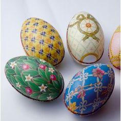 Huevos de pascua de metal decorados con motivos Faberge
