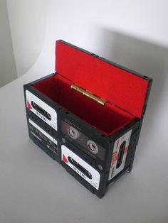 Aquelas fitas cassetes, que não sabemos ao acerto o que com elas fazer, possuem em seu interior uma fita cuja reciclagem não é nada simples. Que tal então transformá-las em uma caixa bem legal para acondicionar as pequenas coisas que você curte? #Upcycle !