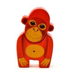Opička+orangutan+Krásná+dřevěná+opička+se+skládá+ze+dvou+částí+-+hlavy+a+těla.+Opička+je+vyřezaná+z+lipového+dřeva,+ručně+malovaná+akrylovými+barvami+a+voskem,+je+zdravotně+nezávadná.+Velikostje12,5+x+7,5+cm.