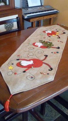 Camino navidad.. Christmas Sewing, Christmas Cross, Christmas Projects, Christmas Time, Holiday, Christmas Runner, Christmas Decorations, Xmas Table Runners, Santa Stocking