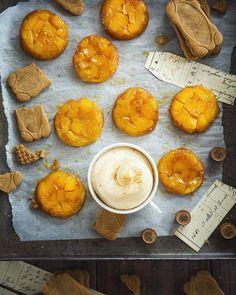 Les mini tatins de mangue et leur chantilly mascarpone speculoos réalisées pour Croustipate.  La recette est à retrouver sur le site de la marque. #work #StudioBasilic #foodstyling