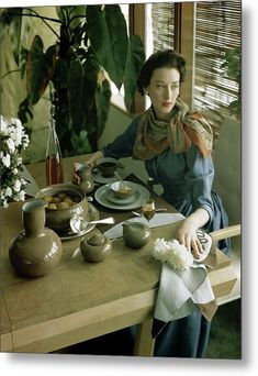 Dorian Leigh sitting at table with China designed by Eva S. Zeisel, linen mats and napkins by Mosse, photo by Horst, House and Garden, June 1948 1940s Fashion, Timeless Fashion, Vintage Fashion, Vintage Vogue, Fashion Fashion, Ansel Adams, Dorian Leigh, Theodora Home, Moda Retro