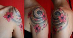 turbine nero e fiori di ciliegio rossi, bellissimo tatuaggio