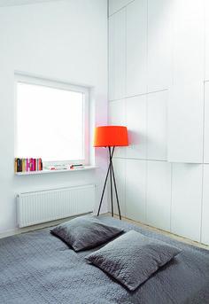 To nam się bardzo podoba! Jedna ze ścian w sypialni stała się szafą. Białe, gładkie drzwi  są prawie niewidoczne.  A w środku sporo miejsca na wszystko, co nie powinno być na wierzchu. To dobre rozwiązanie sprawdzi się w małych i dużych przestrzeniach, gdzie ważny jest ład i porządek, a przestrzeń wykorzystana jest do maksimum.